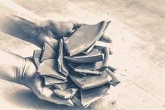 老牌葡萄酒 残破的板材碎片在手上 免版税图库摄影