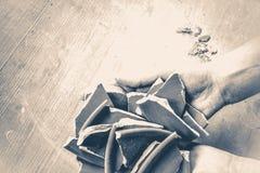 老牌葡萄酒 残破的板材碎片在手上 免版税库存照片