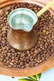 老牌铜咖啡罐cezve和豆 免版税库存照片