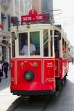 老牌Taksim Istiklal街道2013年9月08日的电车移动 库存图片