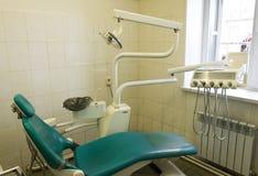 老牙齿椅子在一个老牙齿办公室 库存照片