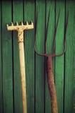 老犁耙和干草叉 庭院老工具 库存图片