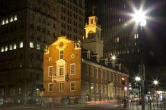 老状态房子在城市波士顿晚上 库存图片