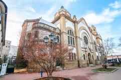 老犹太教堂大厦在诺维萨德,有阳光颜色和蓝天背景的塞尔维亚 免版税库存图片