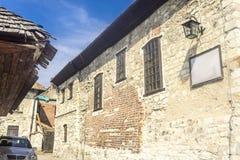 老犹太教堂的墙壁,被修筑石灰石和砖 库存照片