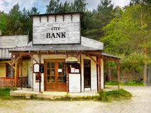 老狂放的西部牛仔镇交谊厅,美国 免版税库存照片