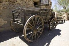 老狂放的西部镇马儿童车无盖货车 免版税库存照片
