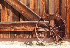 老狂放的西部马车车轮 免版税库存图片