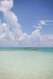 老独木舟在海洋 免版税库存图片