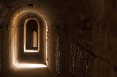 老狭小通道在罗马剧院 免版税图库摄影