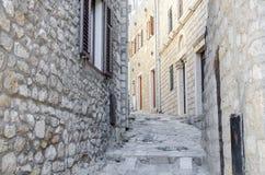 老狭窄的街道在乌尔齐尼 免版税库存图片