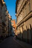 老狭窄的街道在布达佩斯,匈牙利 免版税库存照片