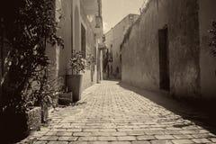 老狭窄的街道在比尔基卡拉,马耳他 库存照片
