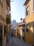老狭窄的街道在葡萄牙镇波尔图 免版税图库摄影