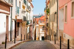 老狭窄的街道在里斯本 葡萄牙视图 免版税库存图片