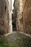 老狭窄的街道 库存照片