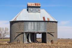 老玉米筒仓或玉米小儿床 免版税库存图片