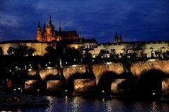 老王宫和查理大桥在晚上,布拉格,捷克语 免版税库存图片
