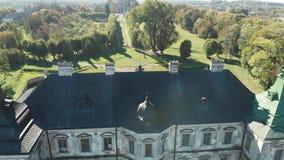 老王宫的鸟瞰图,有一个绿色屋顶的,Pidhirtsi城堡 股票视频