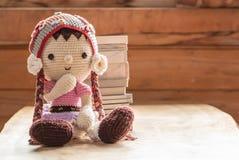 老玩偶和书在teble 免版税库存照片