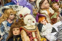 老玩偶销售在跳蚤市场上 免版税库存图片