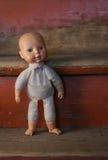 老玩偶 概念:堕落的人 关闭一个老打破的玩偶 免版税库存照片