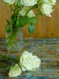 老玫瑰和木头 免版税库存照片