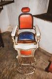 老理发椅,葡萄酒背景 免版税库存照片