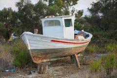 老瑕疵渔船在废物的希腊 免版税库存照片