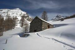 老瑞士山中的牧人小屋 免版税库存照片