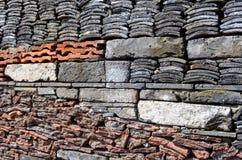 老瓦片、被回收的石头和砖在宁波博物馆墙壁上  免版税图库摄影