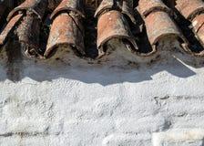 老瓦片屋顶和灰泥墙壁 免版税库存图片