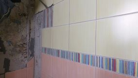 老瓦片的爆破有手提凿岩机的 老墙壁的整修在卫生间或厨房里 影视素材