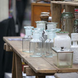 老瓶和药房瓶子在一个木五斗橱待售 免版税库存照片