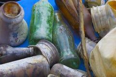 老瓶瓶子和罐头 图库摄影