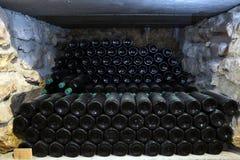 老瓶酒在酿酒厂古老酒bott的地窖里 免版税库存图片