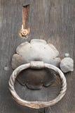 老生铁圆环把柄和盾形金属片 免版税库存照片