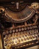 老生锈和多灰尘的打字机 库存图片