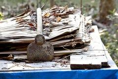 老生锈在堆茅屋顶 免版税库存照片