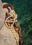 老生锈的停泊小船的链子和绳索 库存照片