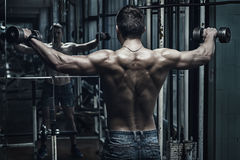 老生锈的健身房的运动员 免版税库存图片