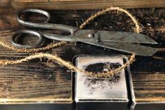 老生锈的剪刀制表木 免版税库存图片