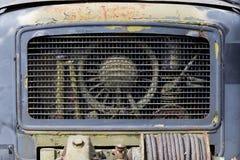 老生锈的卡车前面格栅  图库摄影
