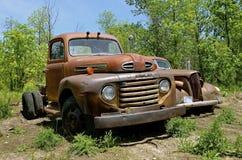 老生锈的吨卡车和汽车 图库摄影