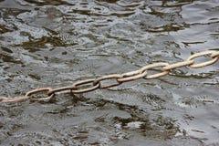 老生锈的固定在栈桥在Fontanka河圣彼德堡的岸的金属钢链子 库存照片