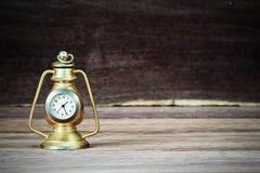 老生锈的在被弄脏的木背景的葡萄酒经典桌金黄时钟 库存图片