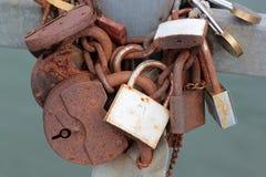 老生锈的婚姻在桥梁特写镜头锁 库存图片
