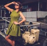老生锈的小船的时髦的妇女 免版税库存图片