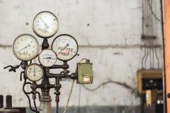 老生锈的工业测量仪 免版税库存图片