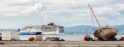 老生锈的帆船和两艘大现代远洋班轮 免版税图库摄影